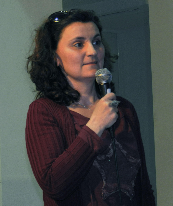 Η Αναστασία Χριστοφορίδου μιλά στο κοινό.