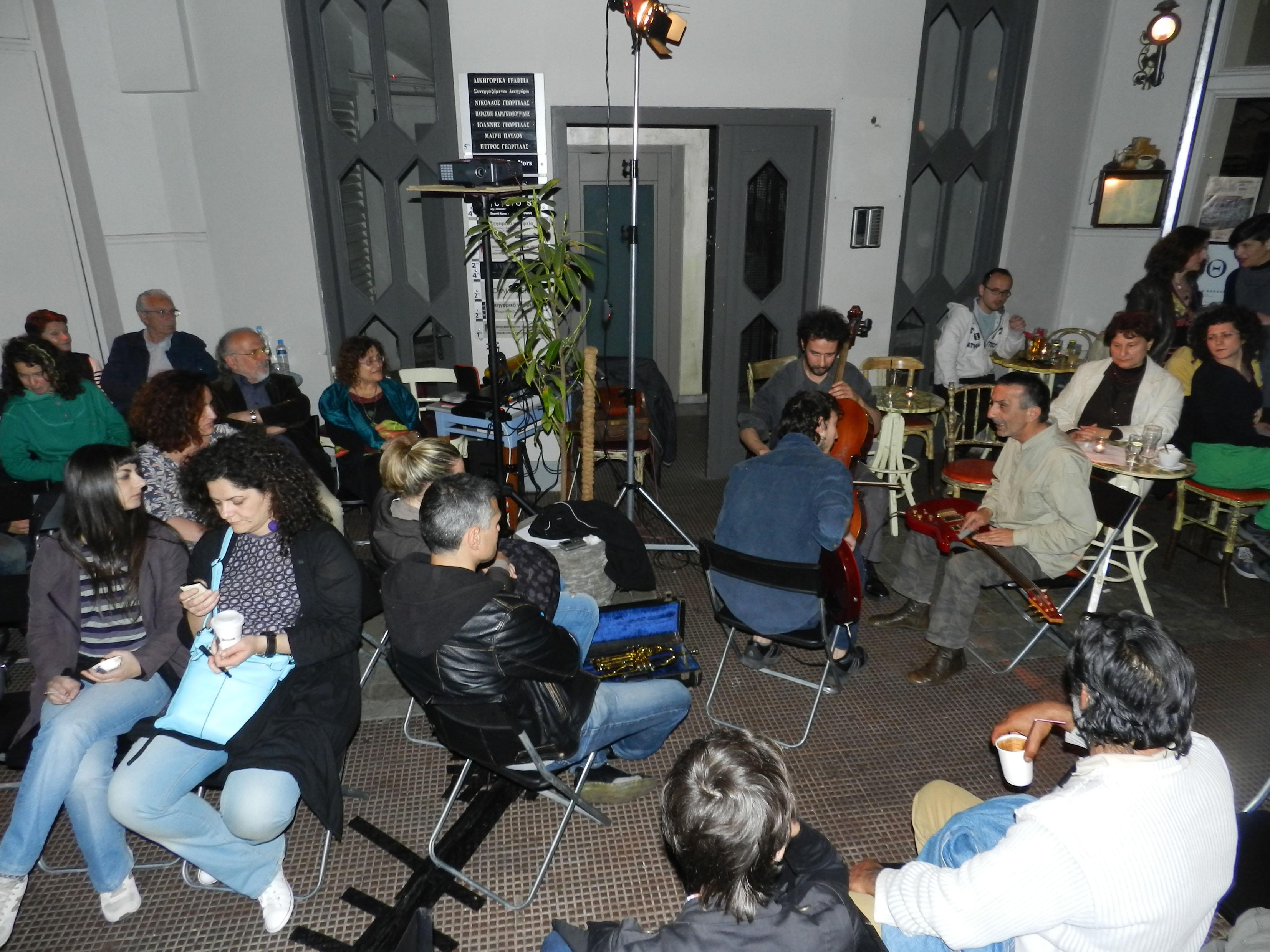 Το κοινό παρακολουθεί τη μουσική περφόρμανς.