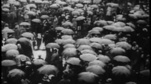 """Σκηνή α['τη """"Βροχή"""", ταινία του Γιόρις Ίβενς."""
