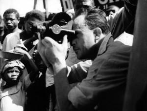 Ο Ζαν Ρους σε κκινηματογράφηση. Πρωτοπόρος κινηματογραφιστής στο χώρο της ταινίας τεκμηρίωσης.